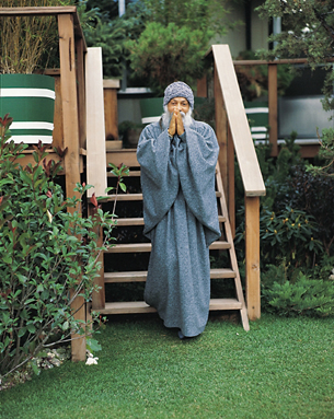 Osho stepping down into the garden