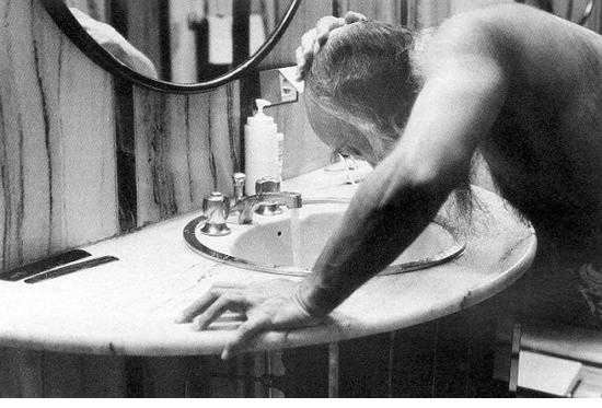 027 Osho washing his head