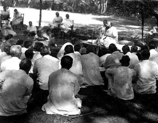 Osho giving a lecture in the open