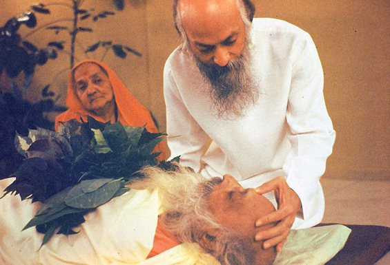Osho blessing his father – his mother in the background