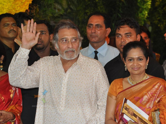 208779-vinod-khanna-with-wife-kavita-at-esha-deol-and-bharat-tak