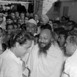 Osho travelling and greeted by crowd