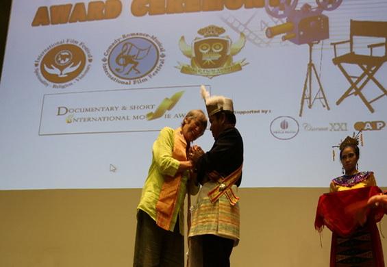 The King of Kutai congratulates Pankaja