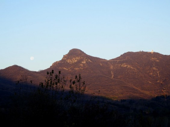 7am on the last morning - full moon setting to the west of Wuru Peak