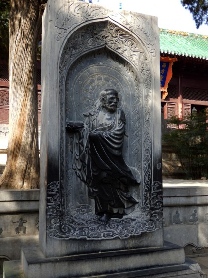 Statue of Bodhidharma holding his one shoe