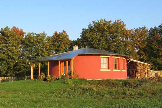Sananda's round house, ready for a cold winter...