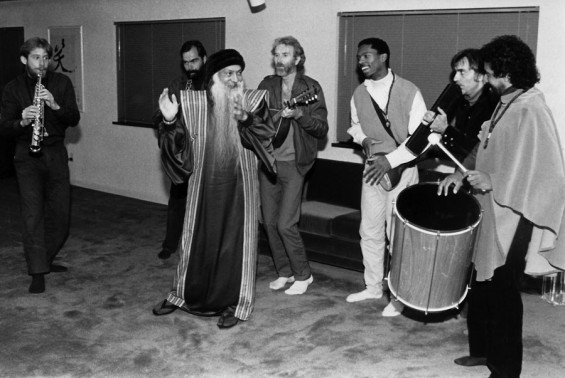 020-Nivedano-playing-for-Osho-in-Gesus-Grove