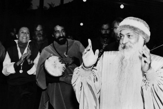 305-Osho-Nivedano-and-Hasya-in-Sanai