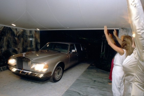United States [sic]. Named also the Guru in the Rolls Royce, Osho settled in a ranch in Oregon with 2,000 in 1981. This adventure had a very bad ending. The parade of Rolls Royces used by the master provoked tensions with the population. © Nutan/Getty Images