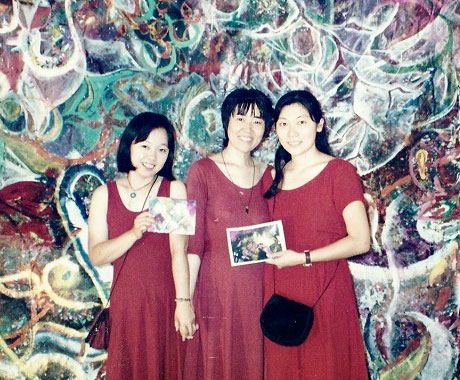 050 Mansha-with-friends-before-big-painting