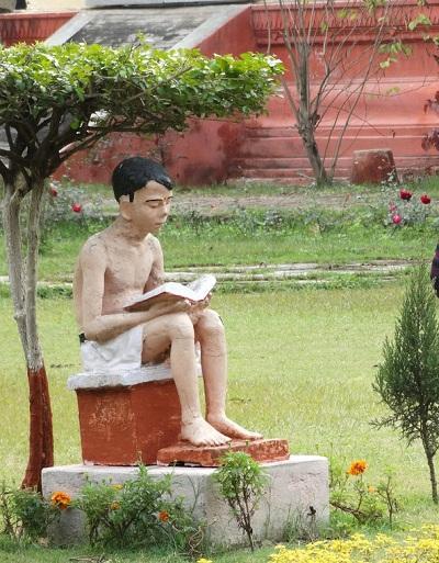 Statue of boy reading