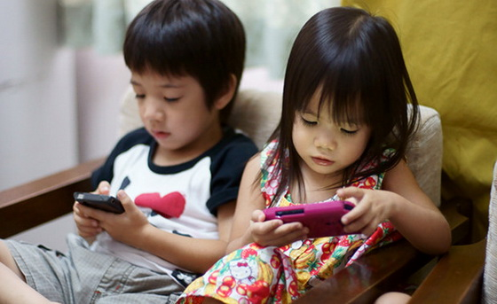 Children on smartphones