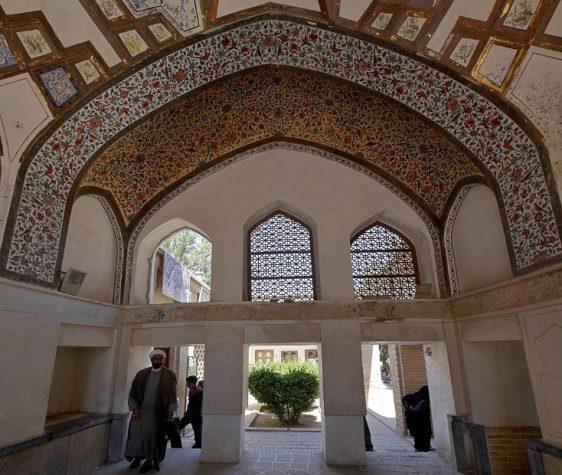 Fin Garden - ceiling frieze with arabesque patterns