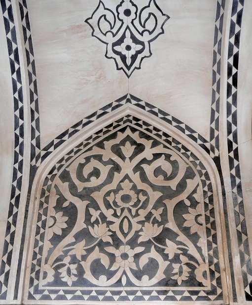 Fin Garden - marble inlay decoration in an arch