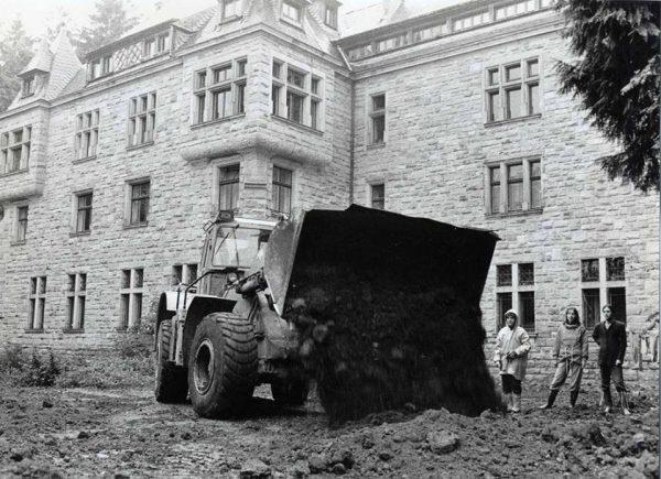 Building work outside Rajneeshstadt (1981-1984)