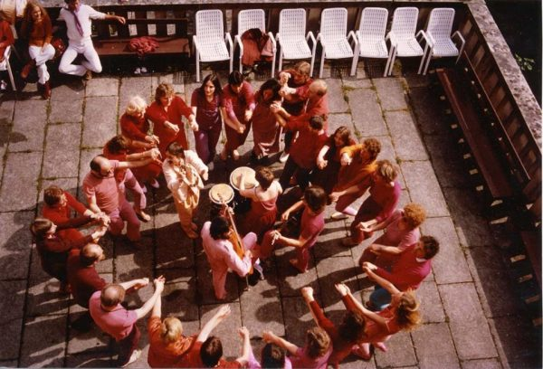 040 Rajneeshstadt circle dancing cr Niranjano
