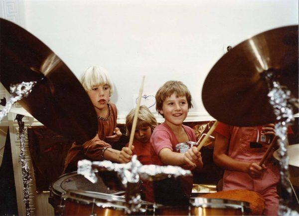 050 Rajneeshstadt children drumming cr Niranjano