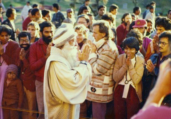 Osho greeting visitors