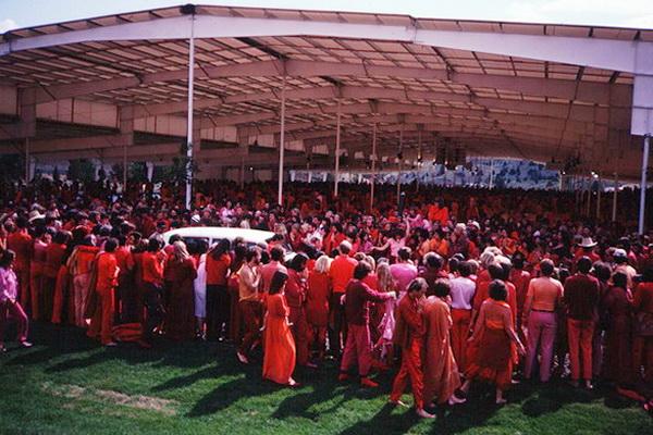 Osho drives to Rajneesh Mandir