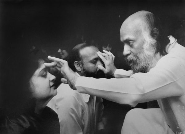 Shashi and Aklank in darshan with Osho
