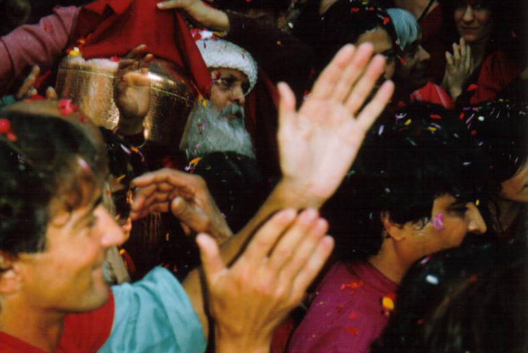 Return of Osho's ashes, January 21, 1990 - photo credit Mahapatra