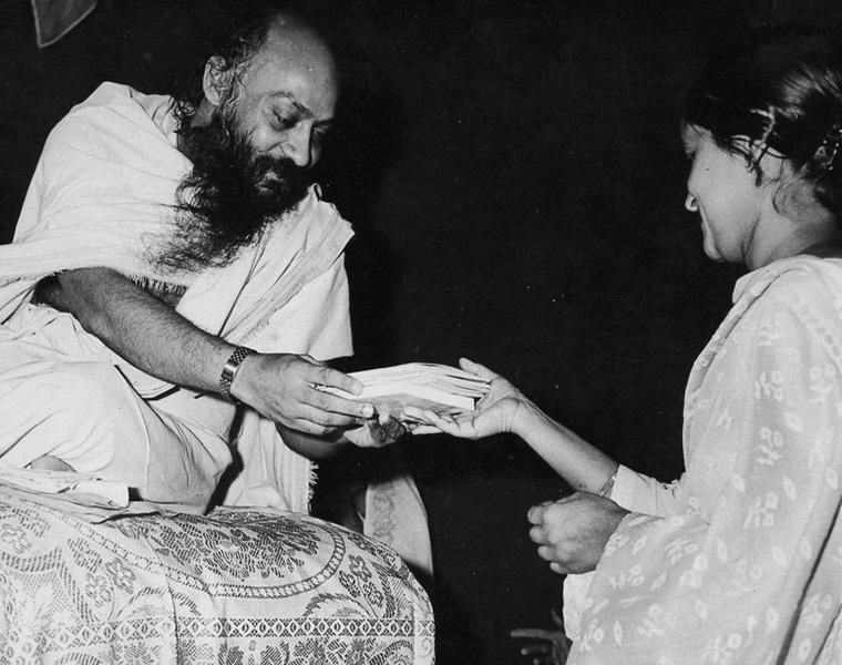 Osho gives books to Geeta