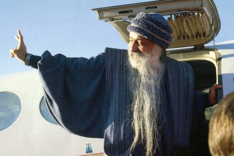 Osho leaving Rajneeshpuram
