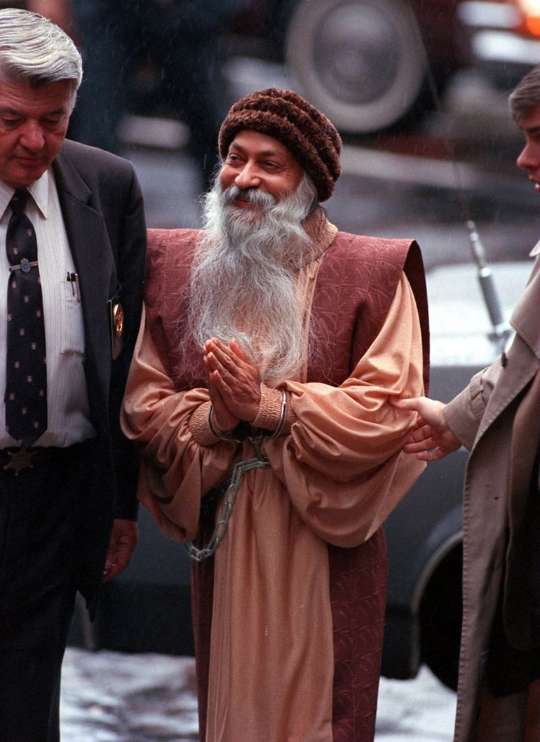 Osho being escorted in Charlotte, North Carolina, in 1985