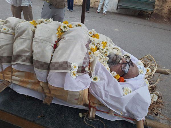 900 Akam-bnody-on-stretcher-from-aruna