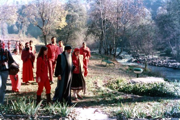 Osho is taking a walk in Manali, alongside Indu Jain and Nirvano.