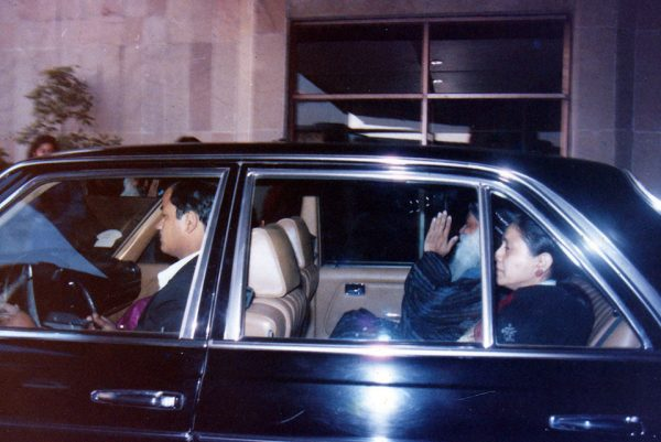 In November 1985, Osho was received at the Delhi airport by Indu Jain. In this photo Osho is leaving from Delhi to Kathmandu.