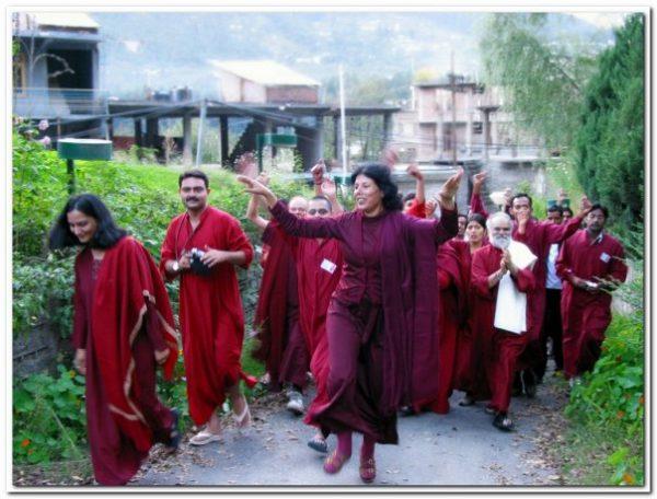 Neelam, Keerti and sannyasins celebrating 25 years of the neo sannyas movement in Manali 2006