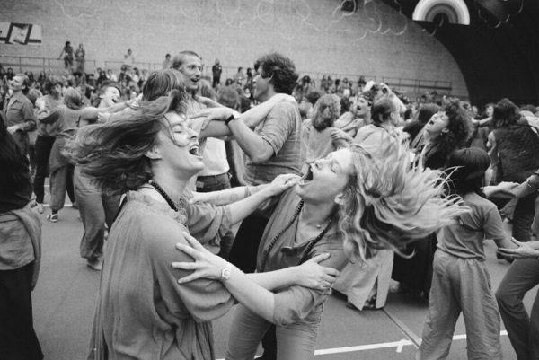 The Orange Full Moon Affair at the international Bhagwan Festival in Amsterdam, July 1981. (Marcel Antonisse / Anefo, CC0, via Wikimedia Commons)