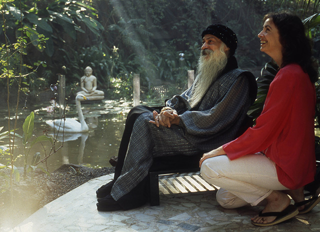 anando with Osho in the garden