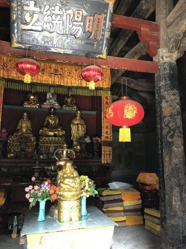 Inside the Hall with statues of Bodhidharma, Huike and Sosan